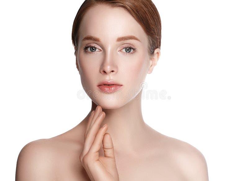 Schönheits-Frauengesicht mit Handporträt Lokalisiert auf einem weißen backg lizenzfreie stockbilder
