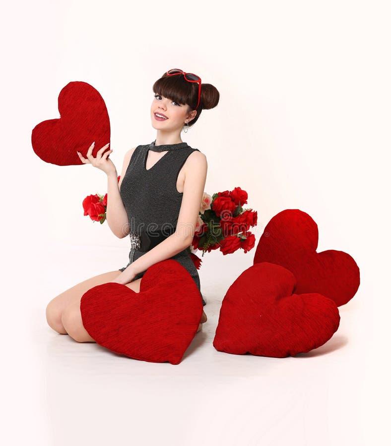 Schönheits-glückliches überraschtes junges Mädchen mit Valentine Heart formte PU lizenzfreies stockfoto