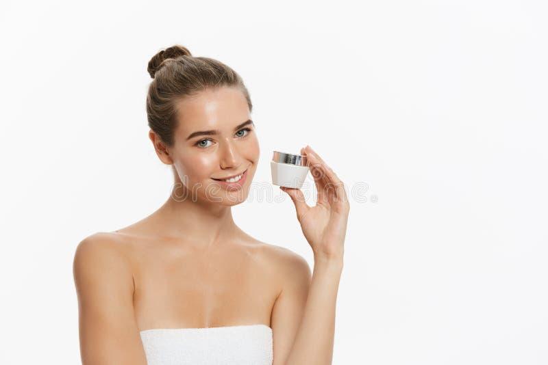 Schönheits-Jugend-Hautpflege-Konzept - schönes kaukasisches Frauen-Gesichts-Porträt, das Sahnerohrprodukt hält und darstellt lizenzfreies stockfoto
