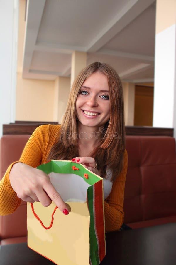 Schönheits-junge Frau mit Einkaufstasche in Caffee im Einkaufszentrum käufer verkäufe Innenraum eines Einkaufszentrums stockbilder