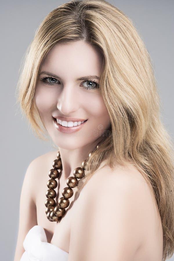 Schönheits-Konzept: Porträt von schönem jungem kaukasischem blondem Woma stockbild