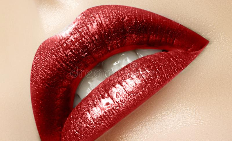 Schönheits-Lippen mit Mode-rotem Lippenstift-Make-up Kosmetisch, Mode-Make-upkonzept Schönheitsantlitz Leidenschaftlicher Kuss lizenzfreies stockfoto