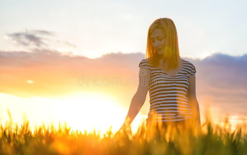 Schönheits-Mädchen, das draußen Natur genießt stockfotografie