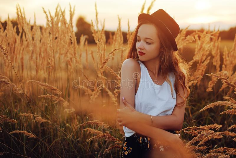 Schönheits-Mädchen, das draußen Natur genießt Recht Jugendmodell im Hut, der auf dem Frühlings-Feld, Sun-Licht läuft romantisch stockbilder