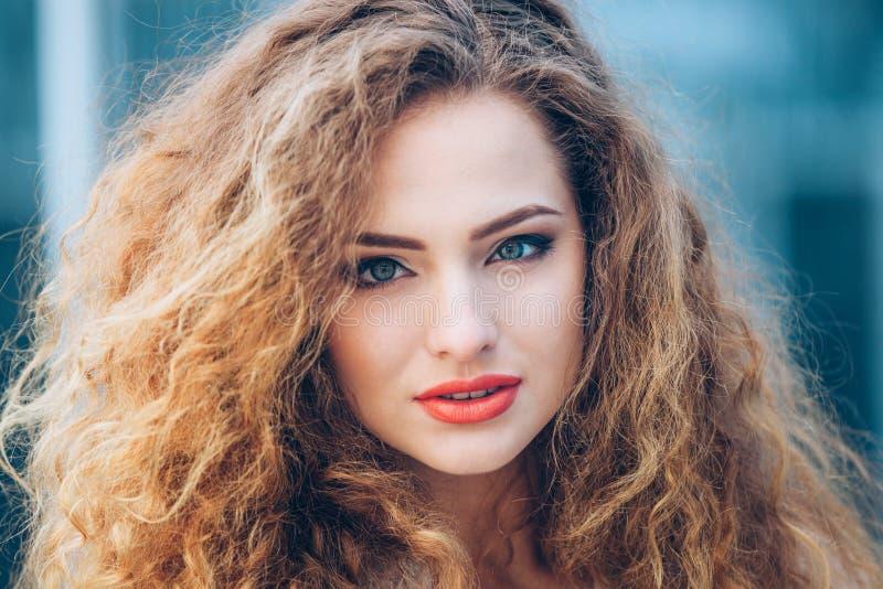 Schönheits-Mädchen, das draußen Natur genießt Schön stockfotos