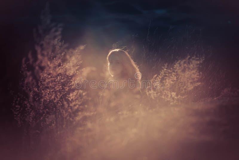 Schönheits-Mädchen, das draußen Natur genießt Schönes jugendliches vorbildliches Mädchen mit dem langen gesunden Schlaghaar, das  lizenzfreies stockfoto