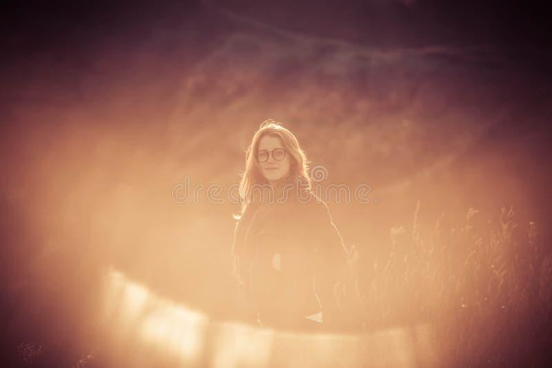 Schönheits-Mädchen, das draußen Natur genießt Schönes jugendliches vorbildliches Mädchen mit dem langen gesunden Schlaghaar, das  stockfoto