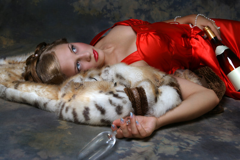 Schönheits-Mädchen im roten Kleid lizenzfreie stockfotografie