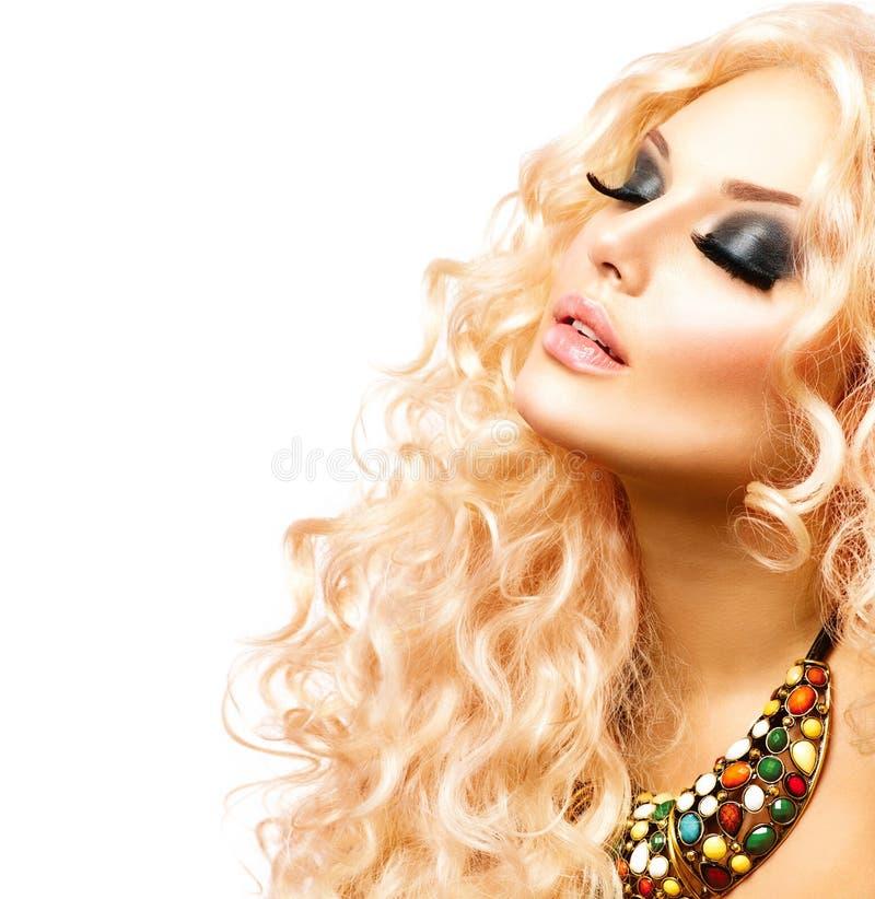 Schönheits-Mädchen mit dem gesunden langen gelockten Haar lizenzfreies stockfoto