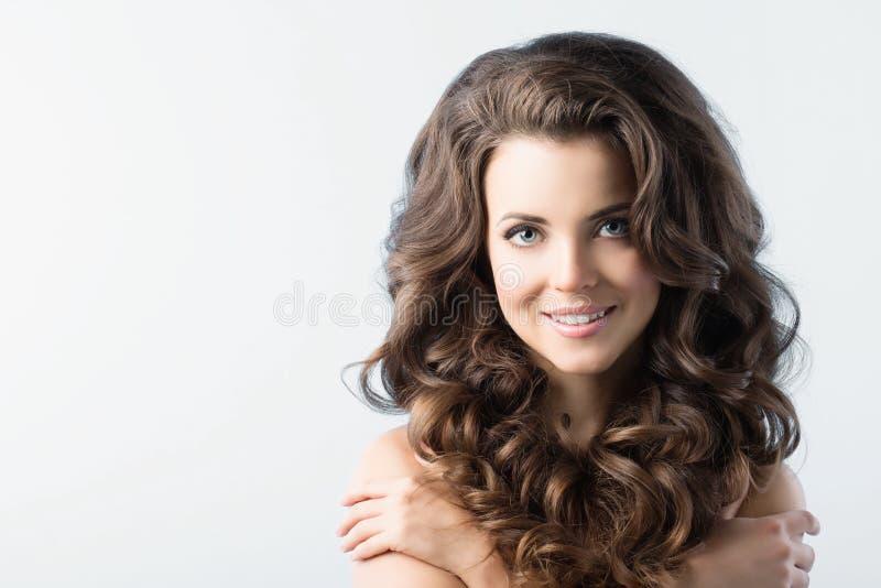 Schönheits-Mädchen mit dem gesunden langen gelockten Haar stockfotografie