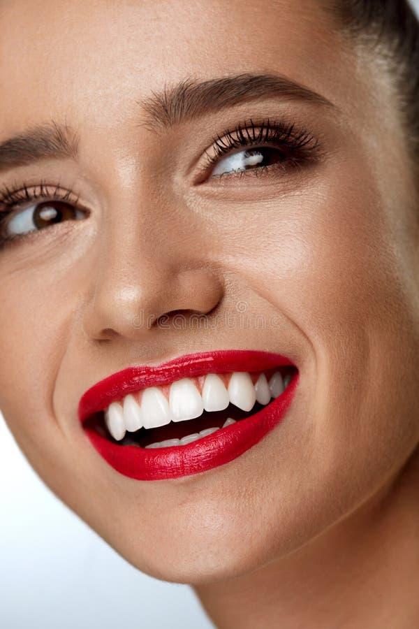 Schönheits-Mode-Frauen-Gesicht mit perfektem weißem Lächeln, rote Lippen lizenzfreie stockbilder