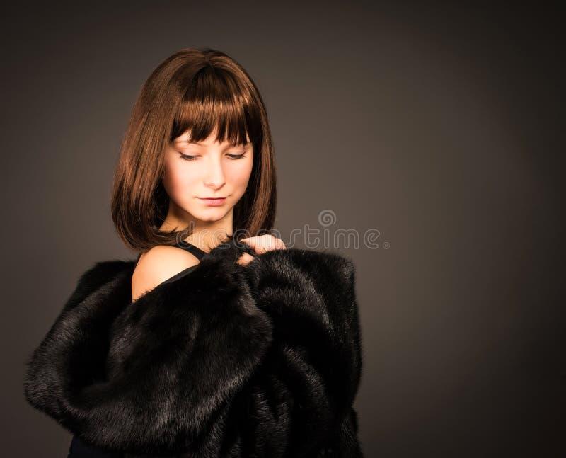 Schönheits-Mode-Mädchen in Mink Fur Coat Schönes Mädchen lokalisiert auf weißem Hintergrund lizenzfreies stockfoto