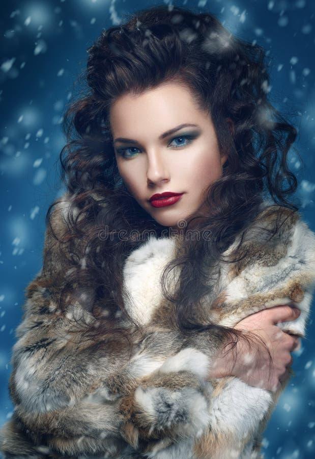 Schönheits-Mode-Modell Girl im Kaninchen Pelz-Mantel lizenzfreies stockbild