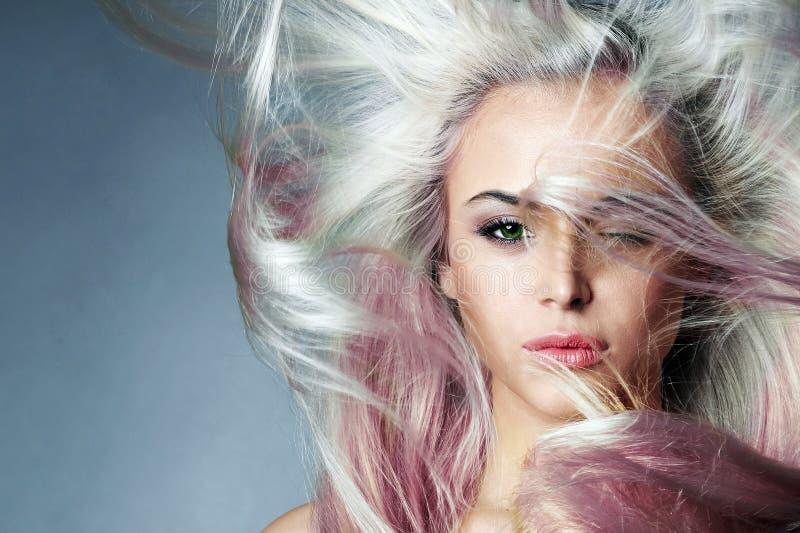 Schönheits-Mode-Modell mit dem bunten gefärbten Haar stockfoto