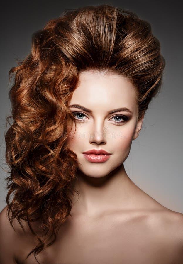 Schönheits-Mode-Modell mit dem langen glänzenden Haar Wellen- u. Lockenvolumen lizenzfreie stockbilder