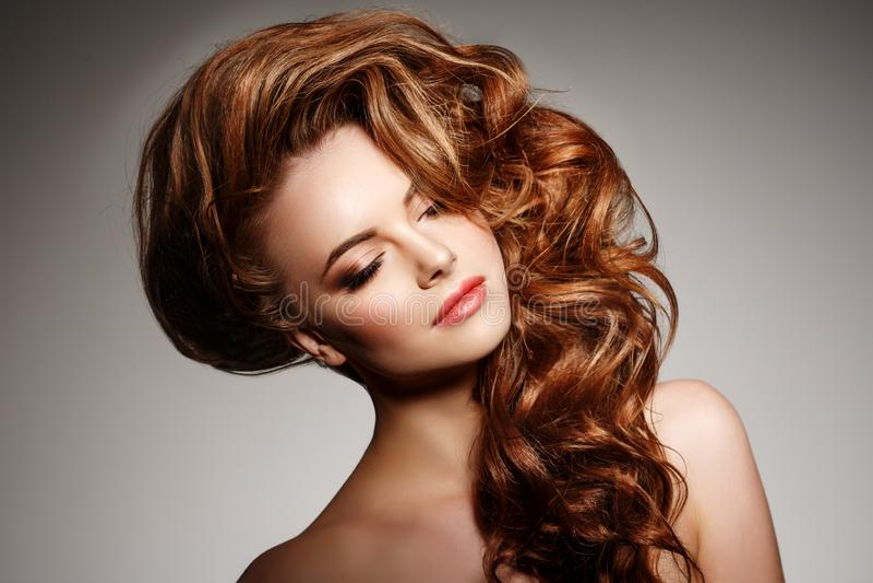 Schönheits-Mode-Modell mit dem langen glänzenden Haar Wellen- u. Lockenvolumen stockfotos