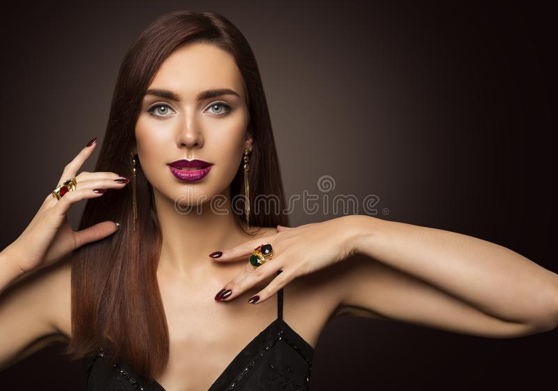 Schönheits-Mode-Modell Portrait, Frau schellt Schmuck, Mädchen-langes Brown-Haar stockfotografie