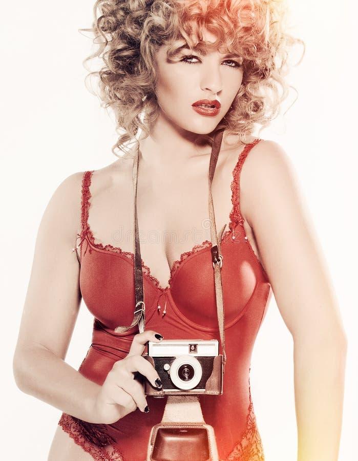 Schönheits-Modell mit Kamera lizenzfreie stockbilder