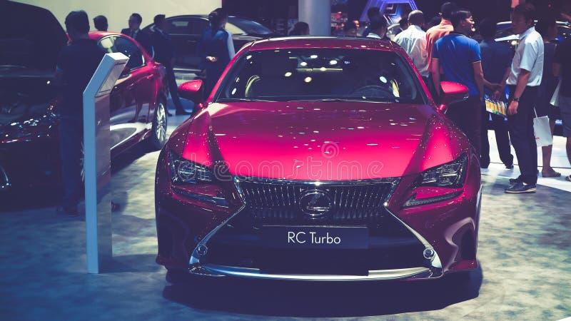 Schönheits-Modell- und Lexus-RC Turbo Auto auf Anzeige an Vietnam-Autoausstellung 2017 lizenzfreies stockfoto