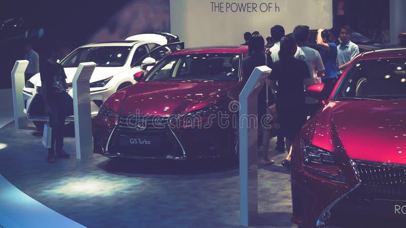 Schönheits-Modell- und Lexus-RC Turbo Auto auf Anzeige an Vietnam-Autoausstellung 2017 stockfotografie