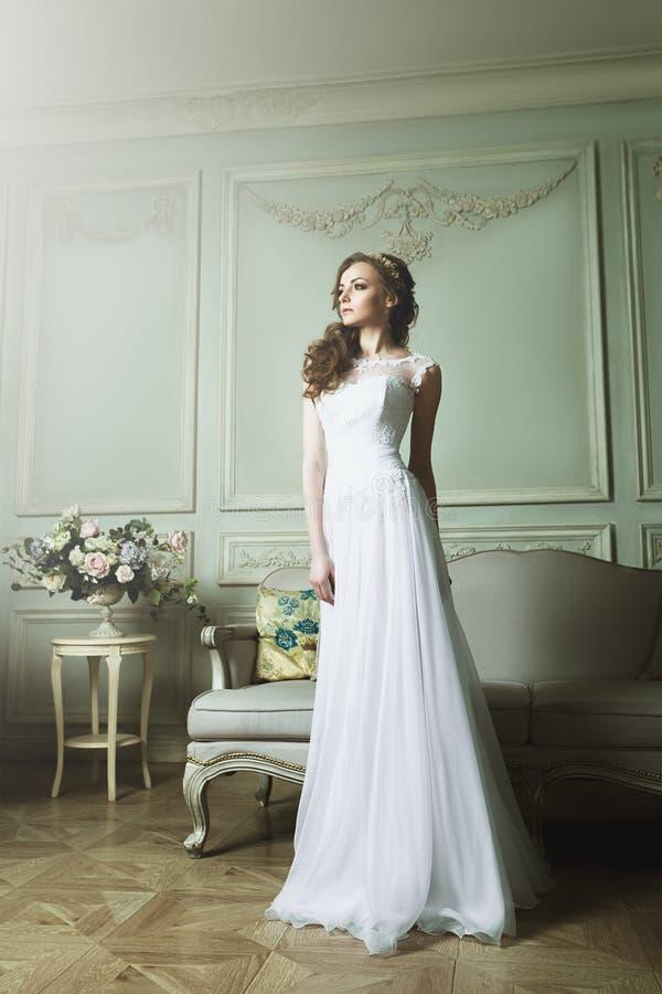 Schönheits-Porträt der Braut tragend im Hochzeitskleid lizenzfreie stockbilder