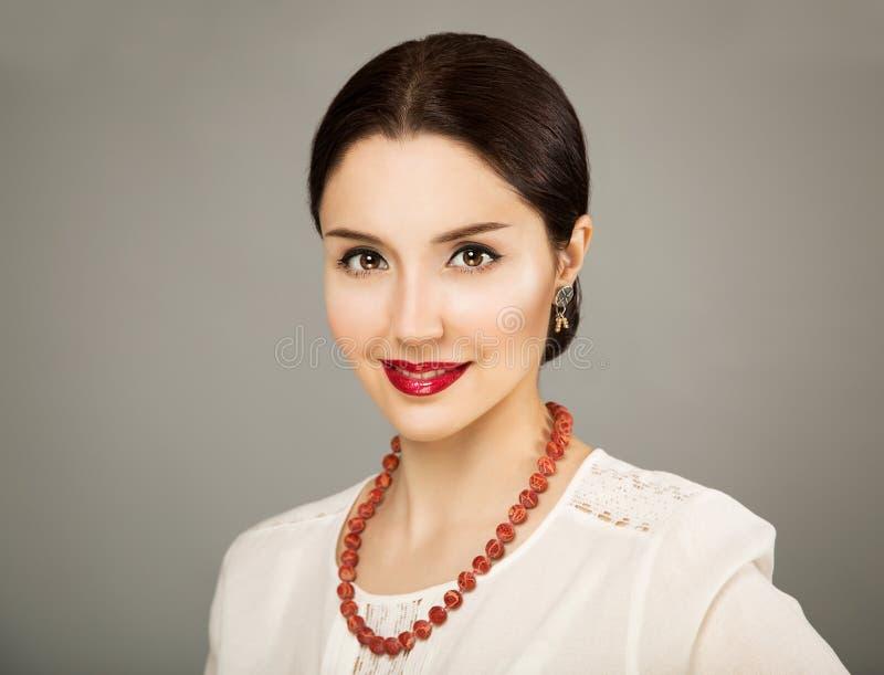 Schönheits-Porträt der jungen Frau in der weißen Bluse stockfotos