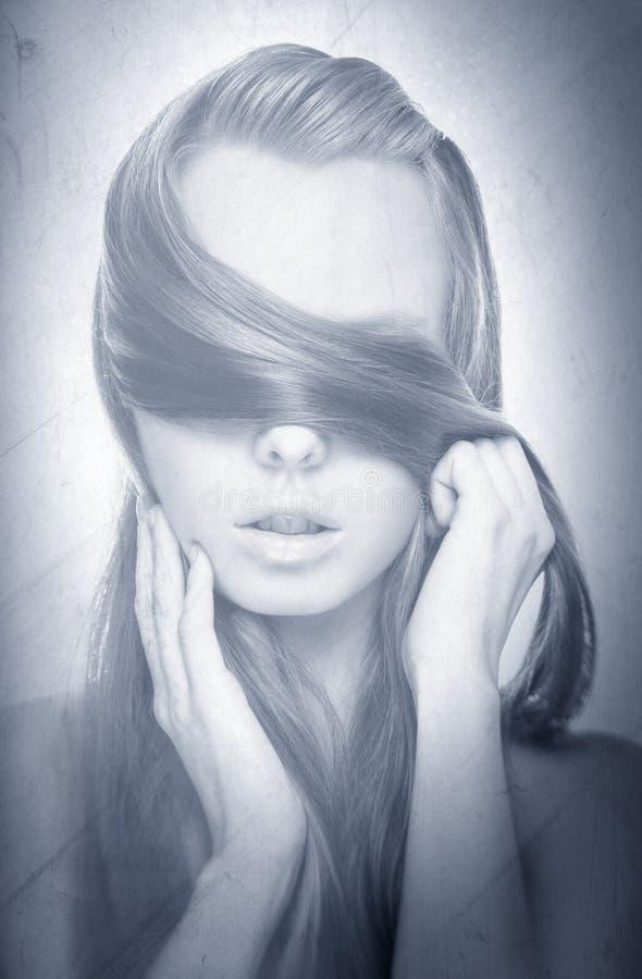 Schönheits-Porträt von den jungen hübschen Blondinen, die sich verstecken stockfoto