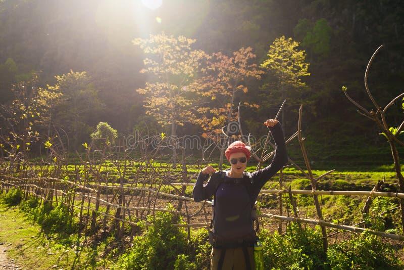 Schönheits-Reisend-Wanderer-Berge Das junge Mädchen, welches das Lächeln aufwirft, nehmen Rest Nordsommer-Landschaftshintergrund lizenzfreie stockfotografie