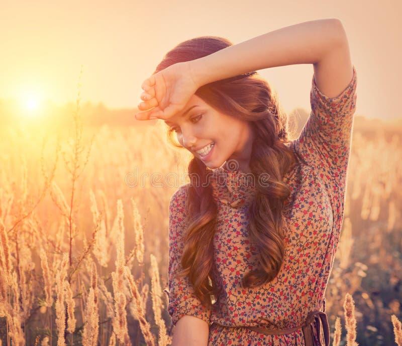 Schönheits-romantisches Mädchen draußen stockbild