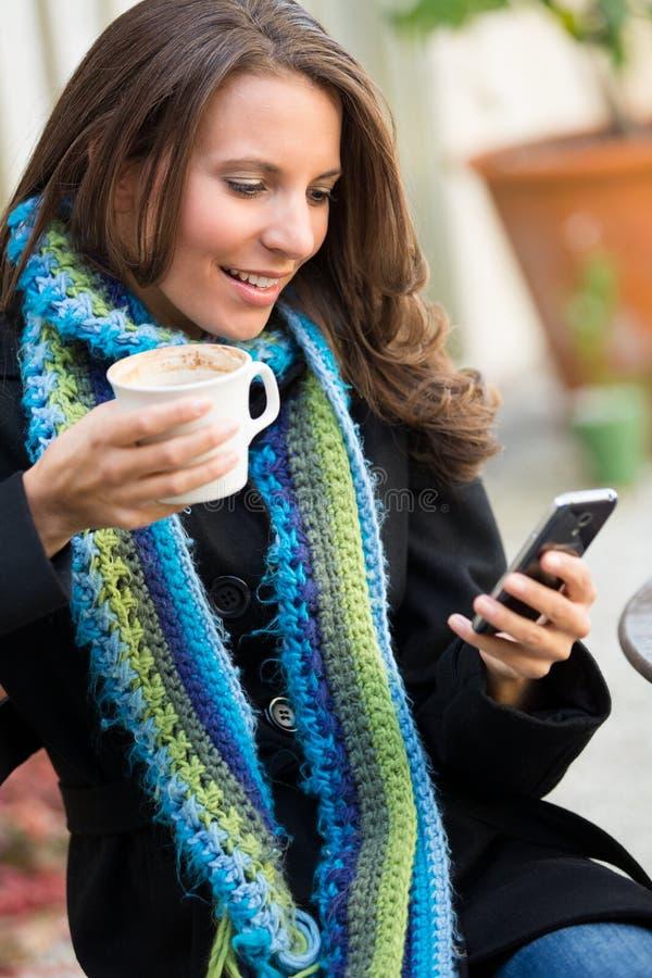 Schönheits-Versenden von SMS-Nachrichten stockfoto