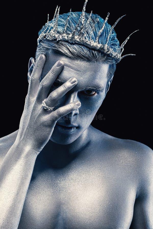 Schönheitsartporträt des Mannes lokalisiert am dunklen Hintergrund Kunst-blaues und graues Make-up Frisur- und skincarekonzept Ne stockfotos