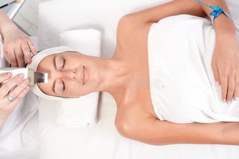 Schönheitsbehandlung am Schönheitssaal stockfoto