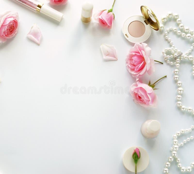Schönheitsblogkonzept Frau bilden Zubehör und Rosen lizenzfreie stockfotos