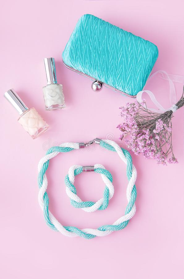 Schönheitsblogkonzept Frauenzubehör: Armband, Nagellack, stockfotos