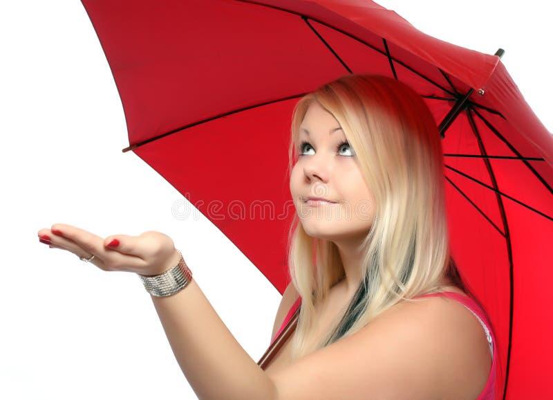Schönheitsblondine mit Regenschirm. stockfotos