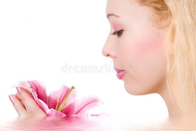 Schönheitsblondinebadekurort stockbild