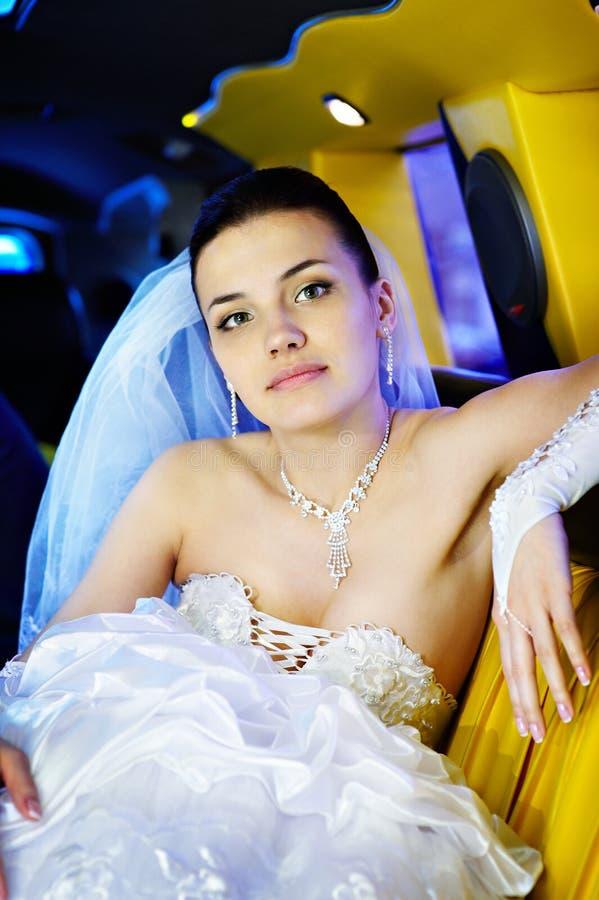 Schönheitsbraut in der Hochzeitslimousine lizenzfreies stockbild