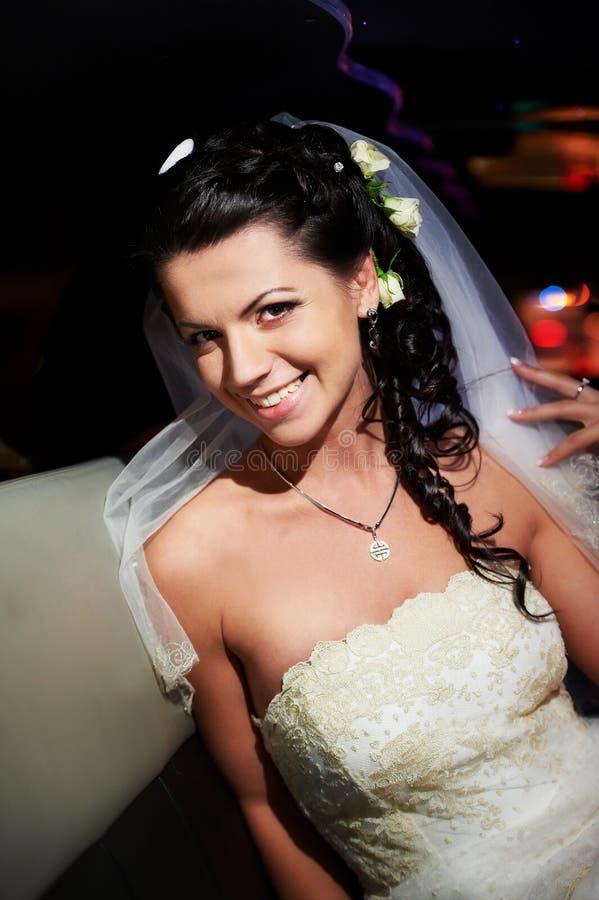 Schönheitsbraut in der Hochzeitslimousine stockbild