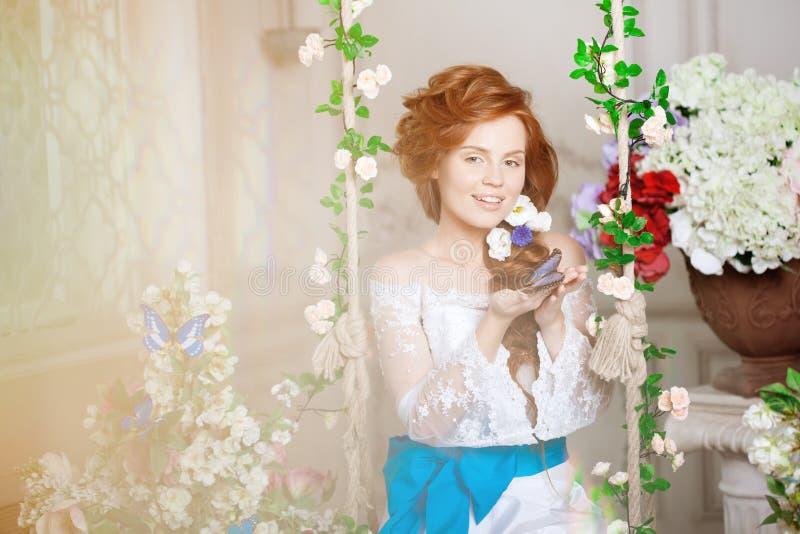 Schönheitsbraut in einem luxuriösen Innenraum mit Blumen stockbild