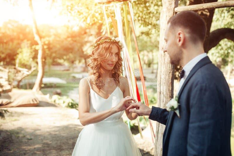 Schönheitsbraut und hübscher Bräutigam tragen sich schellt Hochzeitspaare auf der Trauung Schönes vorbildliches Mädchen im whi stockbild