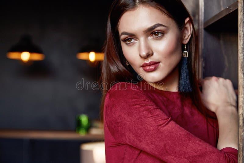 Schönheitsdamenfrühlingsherbstkollektionszaubermodellmodekleidungsabnutzungs-Büroart für Datumskleiderhübsches Gesichts-Dunkelhei stockbild
