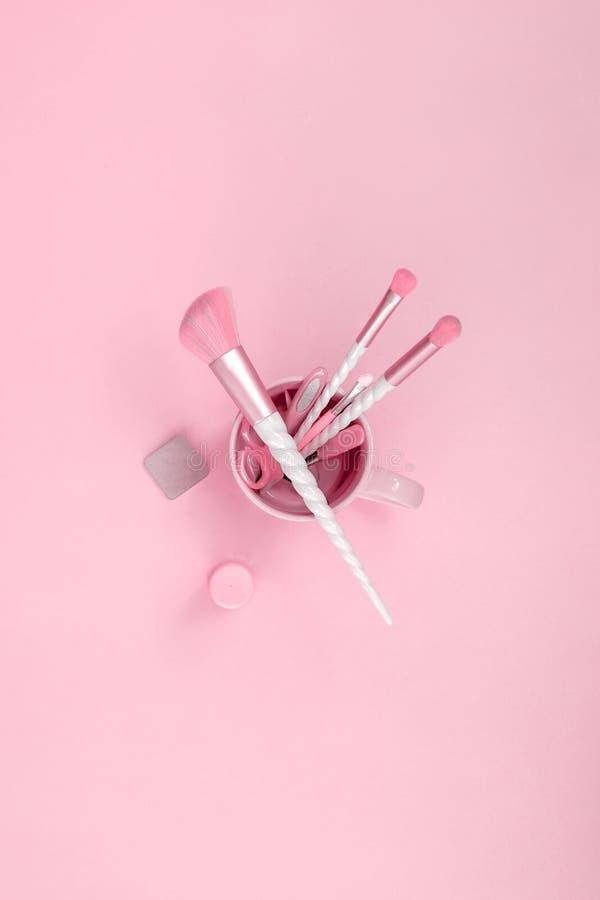 Schönheitseinhorn-Make-upbürsten mit Süßigkeitsrosazusätzen lizenzfreie stockbilder