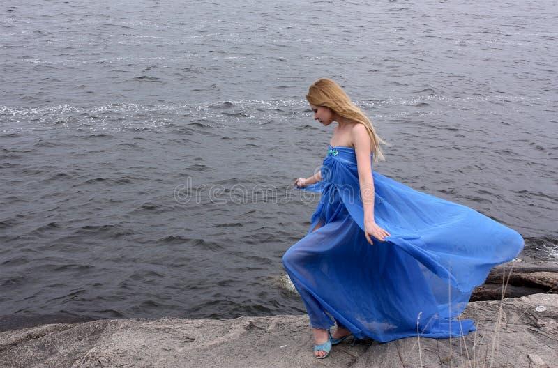 Schönheitsfrau auf der Winterküste stockfoto