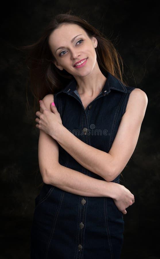Schönheitsfrau auf dunklem Hintergrund stockbilder