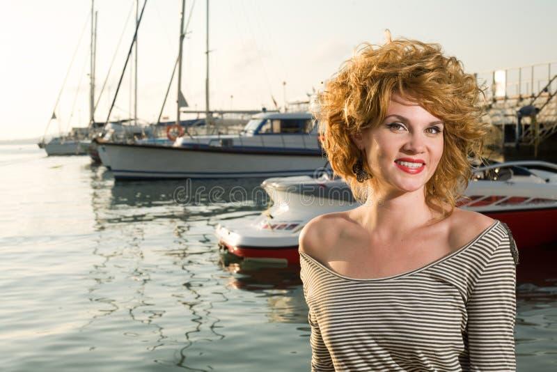 Schönheitsfrau auf Meer lizenzfreie stockfotos