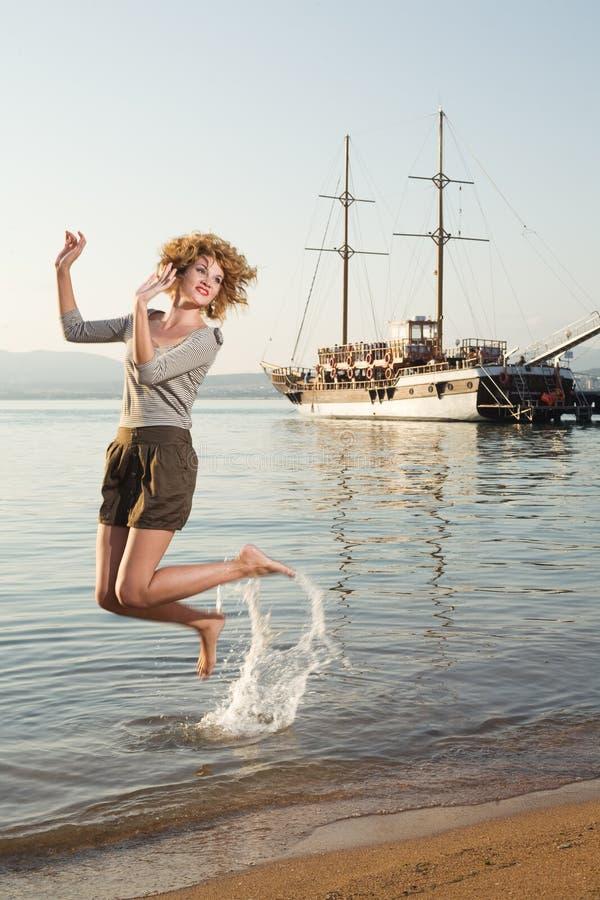 Schönheitsfrau auf Meer stockfotos