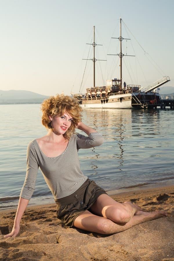 Schönheitsfrau auf Meer stockfotografie