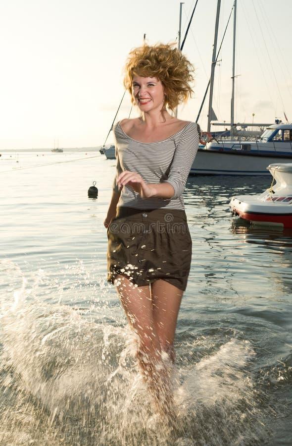 Schönheitsfrau auf Meer lizenzfreies stockbild