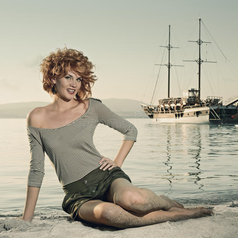Schönheitsfrau auf Meer stockbild