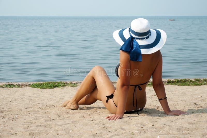 Schönheitsfrau auf Meer unter Himmel lizenzfreie stockbilder